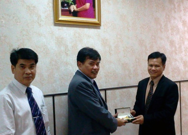 Dr. Tint L. Thaung with Dr. Damrong Sripraram, Vice President for Academic Service and Dr. Wanchai Arunpraparut , Dean of the Faculty of Forestry of Kasetsart University