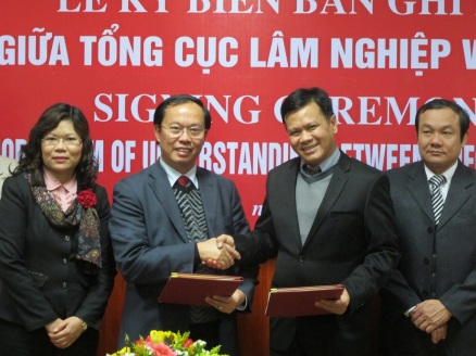 Prof. Dr. Nguyen Ba Ngai (center left) and Dr. Tint L. Thaung (center right) signing the MOU