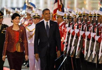 President Barack Obama walks with Prime Minister Yingluck Shinawatra.
